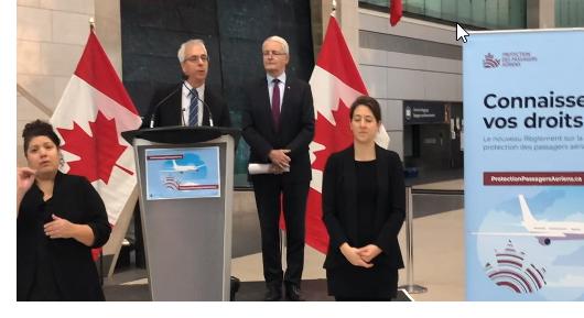 Scott Streiner, président et chef de la direction de l'Office des transports du Canada, et l'honorable Marc Garneau, Ministre des Transports avec des interprètes en langue des signes à l'aéroport international d'Ottawa, le 13 décembre 2019